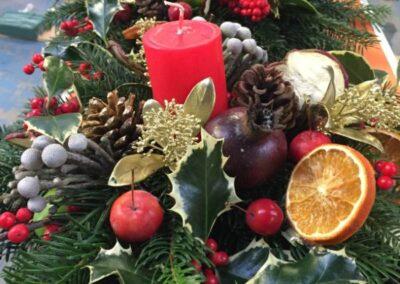 composizione decorazioni natalizie con candele