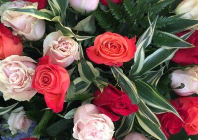 composizione di rose rosse e rosa