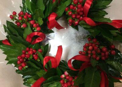 decorazioni con piante natalizie verdi per porta